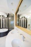 Planlagd dusch i glimma badrum royaltyfri bild