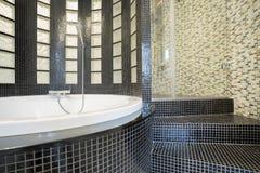 Planlagd dusch i glimma badrum arkivbild