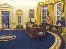 Planlagt av den New York arkitekten James Polshek, William J Clinton Presidential Library inkluderar en kopia av det ovala kontor Fotografering för Bildbyråer