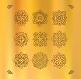 Planlägg den grafiska thailändska designen för beståndsdelar på en guld- torkduk Arkivbild