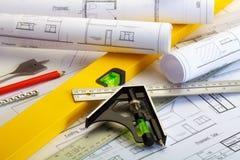 Plannen en de hulpmiddelen van de bouwer stock foto
