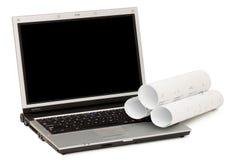Plannen en laptop die op witte achtergrond worden geïsoleerdr Royalty-vrije Stock Afbeeldingen