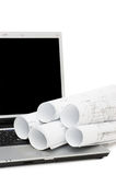 Plannen en laptop die over wit worden geïsoleerdg stock afbeeldingen