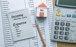 Plannende maandelijkse inkomen en rekeningsuitgaven royalty-vrije stock afbeeldingen
