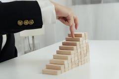 Planningsrisico en strategie in zakenman gokken die houten blok plaatsen Bedrijfsconcept voor het proces van het de groeisucces royalty-vrije stock foto's