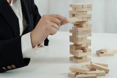 Planningsrisico en strategie in zakenman gokken die houten blok plaatsen Bedrijfsconcept voor het proces van het de groeisucces royalty-vrije stock afbeeldingen