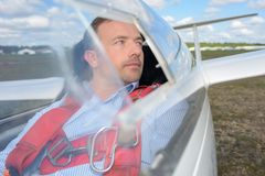 Plano aerobatic piloto que senta-se na cabina do piloto Fotos de Stock