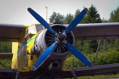 Plano amarelo com hélice azul Imagens de Stock