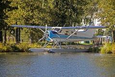 Plano azul e branco do flutuador que senta-se em um lago pequeno em Alaska fotografia de stock royalty free