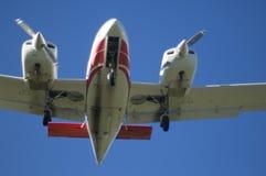 Plano bimotor do viajante de bilhete mensal no vôo Fotografia de Stock