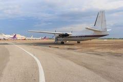 Plano branco na pista de decolagem Foto de Stock