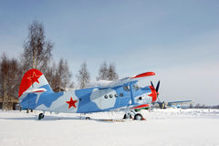 Plano con la estrella roja en la nieve Fotos de archivo