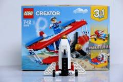 Plano construído dos tijolos de Lego e da sua caixa fotos de stock royalty free