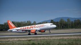 Plano da aterrissagem do easyjet da empresa na pista de decolagem Imagem de Stock