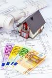 Plano da casa com euro- notas Imagem de Stock