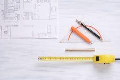 Plano da casa com ferramentas imagens de stock