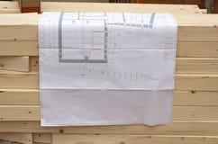 Plano da construção para o carpinteiro em uma pilha de madeira Imagens de Stock