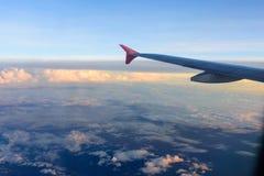 Plano da nuvem da opinião do céu que olha fora da janela plana imagens de stock