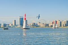 Plano da raça do ar de Red Bull que voa sobre o rio em Rússia foto de stock