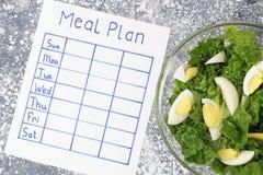Plano da refeição da inscrição, programação na folha branca, conceito da perda de peso Vista de acima foto de stock