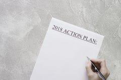 2018 plano de ação de papel, uma mão com uma pena Fotos de Stock Royalty Free
