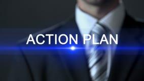 Plano de ação, tela tocante vestindo do terno do homem de negócios, conceito do negócio, sucesso filme