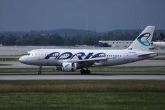 Plano de Adria Airways que taxiing na pista de decolagem fotografia de stock royalty free