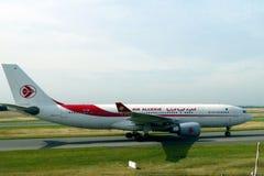 Plano de Air Algerie na pista de decolagem pronta para a decolagem Fotografia de Stock