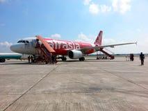 Plano de Air Asia no aeroporto de KLIA Imagens de Stock