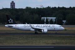 Plano de Air Portugal da TORNEIRA de Star Alliance que faz o táxi na pista de decolagem imagem de stock royalty free