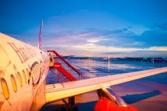 Plano de AirAsia Airbus no por do sol Foto de Stock Royalty Free