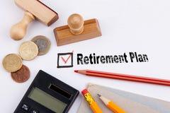 Plano de aposentação Questionário com cruz vermelha no Livro Branco Imagens de Stock
