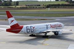 Plano de Austrian Airlines, 60 anos de libr? que taxiing ao terminal fotos de stock royalty free