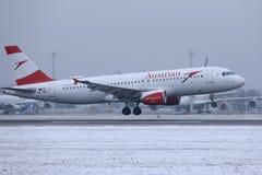 Plano de Austrian Airlines que decola da pista de decolagem, aeroporto MUC de Munich foto de stock