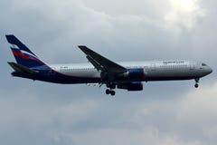 Plano de Boeing 767 fotografia de stock royalty free