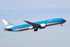 Plano de Boeing 787 Dreamliner das linhas aéreas de KLM Royal Dutch Fotografia de Stock Royalty Free