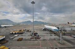 Plano de Cathay Pacific en el aeropuerto de Hong-Kong Fotografía de archivo libre de regalías