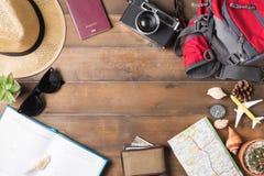 Plano de curso, acessórios para a viagem, modelo das férias da viagem do turismo fotos de stock royalty free