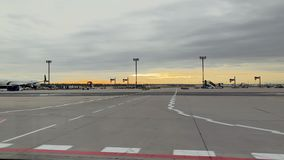 Plano de Delta Airlines na carga do aeroporto de Francoforte filme