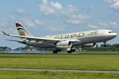 Plano de Etihad Airways Airbus A330 imagem de stock royalty free