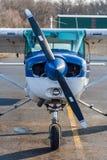 Plano de hélice do único motor na pista de decolagem, cabeça na vista foto de stock royalty free