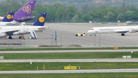 Plano de Helvetic Airways que taxiing no aeroporto de Munich filme