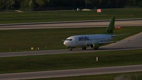 Plano de jato de AirBaltic que taxiing no aeroporto de Munich, MUC
