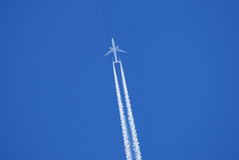 Plano de jato no céu Foto de Stock Royalty Free