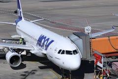 Plano de Joon Airline no terminal imagem de stock