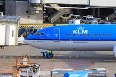 Plano de KLM que chega na porta Imagens de Stock