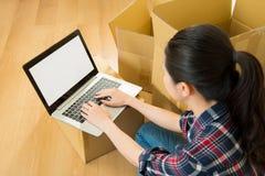 Plano de la mujer y ordenador de mudanza del uso Imagen de archivo libre de regalías