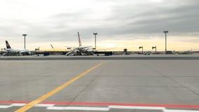 Plano de Lufthansa no alcatrão do aeroporto de Francoforte filme