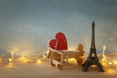 Plano de madeira com coração ao lado da torre Eiffel Foto de Stock