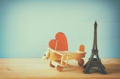 Plano de madeira com coração ao lado da torre Eiffel Imagens de Stock Royalty Free